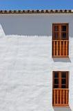 Abstraktes Foto eines Gebäudes mit weißen Wänden Stockfotografie