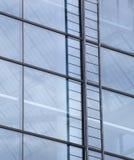 Zeitgenössisches Gebäude mit blauem Windows und Leiter Stockfotografie