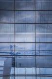Zeitgenössisches Gebäude mit blauem Windows und Reflexionen Lizenzfreie Stockfotos