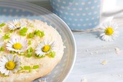 Abstraktes Frühstück des Frühlinges mit Sandwich und Gänseblümchen Stockfoto