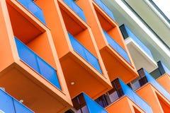 Abstraktes Fragment der modernen Architektur, der Fassade und der orange Balkone, Nahaufnahme lizenzfreie stockfotografie