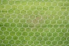 Abstraktes Fußballziel-Netzmuster mit grünem Gras Lizenzfreie Stockfotografie