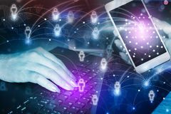 Abstraktes Geschäft, Technologiecomputer und intelligentes Telefon mit Ikone der Leuteverbindung Lizenzfreie Stockfotos