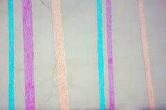 Abstraktes gestreiftes Grey Brown Paper Texture Weinlese-Hintergrund mit vertikalen Brown-Streifen Moderne Farbtapete mit gestrei Stockbilder
