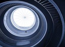 Abstraktes gewundenes Treppenhaus Stockbilder