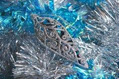 Abstraktes glänzendes silbernes Weihnachtsspielzeug im Lametta Stockfotografie