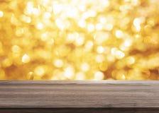 Abstraktes goldenes Bokeh-Luxuslicht mit Holztischspitze für Hintergrund Stockfotos