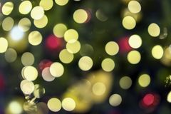 Abstraktes goldenes buntes bokeh Design, Feiertagshintergrund, mehrfarbiger Regenbogeneffekt, festliches Konzept Stockbilder