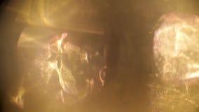 Abstraktes goldenes Lichtimpuls und glüht über einen dunklen Hintergrund stock footage