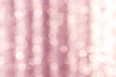 Abstraktes helles bokeh über unscharfem rosa Hintergrund Lizenzfreies Stockfoto
