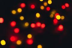 Abstraktes helles buntes bokeh Abstraktes Hintergrundmuster der weißen Sterne auf dunkelroter Auslegung Stockfotos