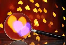 Abstraktes Herz bokeh durch Lupe Konzept von Liebe, V Stockbilder