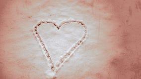 Abstraktes Herz gezeichnet in Schnee Stockfotos