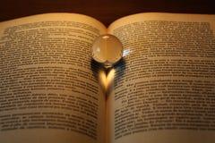 Abstraktes Herz shapped Schatten auf einem Buch Stockfotografie