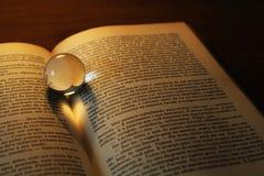 Abstraktes Herz shapped Schatten auf einem Buch Stockfotos