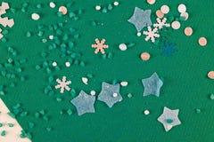 Abstraktes Hintergrundmuster der weißen Sterne auf dunkelroter Auslegung Lizenzfreies Stockfoto