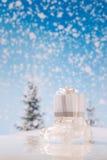 Abstraktes Hintergrundmuster der weißen Sterne auf dunkelroter Auslegung Auto mit Geschenken Stockfotografie