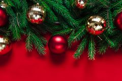 Abstraktes Hintergrundmuster der weißen Sterne auf dunkelroter Auslegung Bälle des Goldes und des Rotes Spielwaren Lizenzfreie Stockfotos