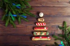 Abstraktes Hintergrundmuster der weißen Sterne auf dunkelroter Auslegung Das Konzept von Weihnachten und von neuem Jahr Stockfotografie