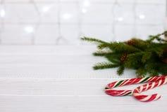 Abstraktes Hintergrundmuster der weißen Sterne auf dunkelroter Auslegung Das Konzept von Weihnachten und von neuem Jahr Stockfotos