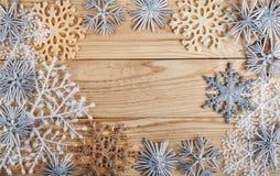 Abstraktes Hintergrundmuster der weißen Sterne auf dunkelroter Auslegung Dekoration des neuen Jahres auf hölzernem Brett des Schm Stockfotografie