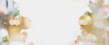 Abstraktes Hintergrundmuster der weißen Sterne auf dunkelroter Auslegung Doppelbelichtungs-panoramischer Weihnachtsbaum mit weich Lizenzfreie Stockfotografie