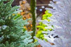 Abstraktes Hintergrundmuster der weißen Sterne auf dunkelroter Auslegung Ein neues Jahr des künstlichen Baums Stockfoto