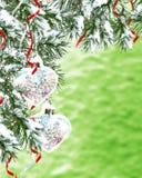 Abstraktes Hintergrundmuster der weißen Sterne auf dunkelroter Auslegung Ein Spielzeug auf einem Pelzbaum mit Porzellan Santa Cla Lizenzfreie Stockbilder
