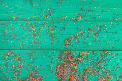 Abstraktes Hintergrundmuster der weißen Sterne auf dunkelroter Auslegung Farbe, die auf hölzernem Hintergrund des Türkises besprü Lizenzfreie Stockbilder