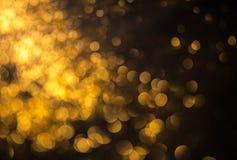 Abstraktes Hintergrundmuster der weißen Sterne auf dunkelroter Auslegung Festlicher abstrakter Hintergrund mit bokeh def Stockbild