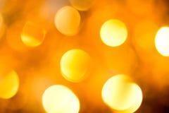 Abstraktes Hintergrundmuster der weißen Sterne auf dunkelroter Auslegung Festlicher abstrakter Hintergrund mit bokeh defocused Li Stockbild