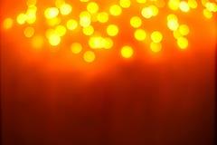 Abstraktes Hintergrundmuster der weißen Sterne auf dunkelroter Auslegung Festlicher Goldzusammenfassungshintergrund mit boke Stockfotos