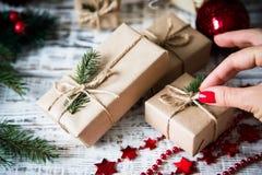 Abstraktes Hintergrundmuster der weißen Sterne auf dunkelroter Auslegung Flitter in einem blauen Glas Weihnachtsgeschenk, Stift Lizenzfreie Stockfotografie
