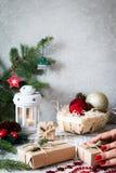Abstraktes Hintergrundmuster der weißen Sterne auf dunkelroter Auslegung Flitter in einem blauen Glas Weihnachtsgeschenk, Stift Stockfotografie