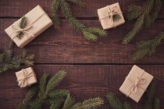 Abstraktes Hintergrundmuster der weißen Sterne auf dunkelroter Auslegung Flitter in einem blauen Glas Weihnachtsgeschenk, Stift Lizenzfreies Stockbild