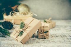 Abstraktes Hintergrundmuster der weißen Sterne auf dunkelroter Auslegung Flitter in einem blauen Glas Weihnachtsgeschenk, Stift Lizenzfreies Stockfoto