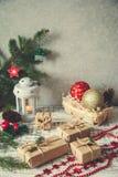 Abstraktes Hintergrundmuster der weißen Sterne auf dunkelroter Auslegung Flitter in einem blauen Glas Weihnachtsgeschenk, Stift Stockbilder