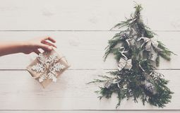 Abstraktes Hintergrundmuster der weißen Sterne auf dunkelroter Auslegung Geschenkboxen auf Tannenbaum am weißen Holz Lizenzfreie Stockfotos