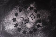 Abstraktes Hintergrundmuster der weißen Sterne auf dunkelroter Auslegung 2017 geschrieben mit Mehl Lizenzfreie Stockfotografie