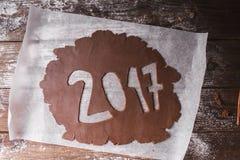 Abstraktes Hintergrundmuster der weißen Sterne auf dunkelroter Auslegung 2017 geschrieben mit Schokoladenteig auf einen hölzernen Lizenzfreie Stockbilder