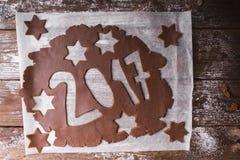 Abstraktes Hintergrundmuster der weißen Sterne auf dunkelroter Auslegung 2017 geschrieben mit Schokoladenteig auf einen hölzernen Lizenzfreies Stockfoto