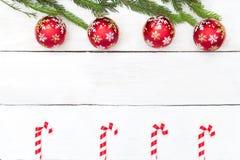 Abstraktes Hintergrundmuster der weißen Sterne auf dunkelroter Auslegung Grüner Baum, Weihnachten spielt Draufsicht Lizenzfreie Stockfotos