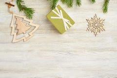 Abstraktes Hintergrundmuster der weißen Sterne auf dunkelroter Auslegung Hölzerne Spielwaren in Form des Weihnachten-tre Stockbilder