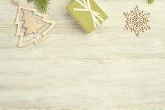 Abstraktes Hintergrundmuster der weißen Sterne auf dunkelroter Auslegung Hölzerne Spielwaren in Form des Weihnachten-tre Lizenzfreie Stockfotografie