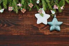 Abstraktes Hintergrundmuster der weißen Sterne auf dunkelroter Auslegung Hölzerner Hintergrund, Sterne, Weihnachtsbaum Kopieren S Lizenzfreie Stockfotografie