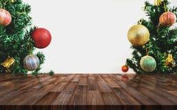 Abstraktes Hintergrundmuster der weißen Sterne auf dunkelroter Auslegung Hölzerner Schreibtisch mit Weihnachtsbaum und Dekoration Stockbild