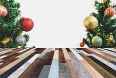 Abstraktes Hintergrundmuster der weißen Sterne auf dunkelroter Auslegung Hölzerner Schreibtisch mit Weihnachtsbaum und Dekoration Stockbilder