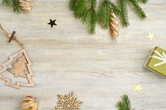 Abstraktes Hintergrundmuster der weißen Sterne auf dunkelroter Auslegung Hölzernes Spielzeug in Form der Schneeflocken und Stockfoto