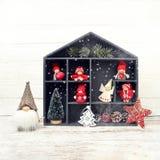Abstraktes Hintergrundmuster der weißen Sterne auf dunkelroter Auslegung Kasten mit Weihnachtsdekoration und -sankt Lizenzfreie Stockfotografie