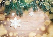 Abstraktes Hintergrundmuster der weißen Sterne auf dunkelroter Auslegung Kiefer und Schneeflocke Lizenzfreie Stockfotos